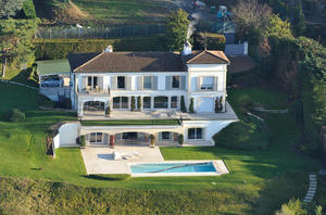 Via his company Canef SA, the businessman bought in June 2014 this property of 2,987 square meters in Cologny, near Geneva.