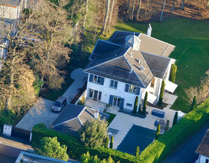 Dexter Goei, CEO of Altice, bought this property in Collonge-Bellerive, in the village of Vésenaz, close to Geneva. The Swiss magazine Bilan estimates Goei is worth $275-370 million and growing.